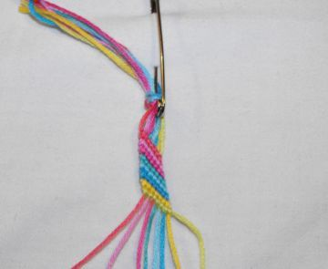 Добавляя ряды из узелков плетем браслет фото