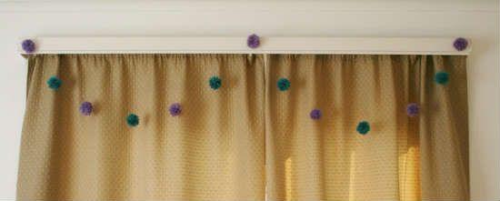 Пример применения помпонов в украшении дома фото