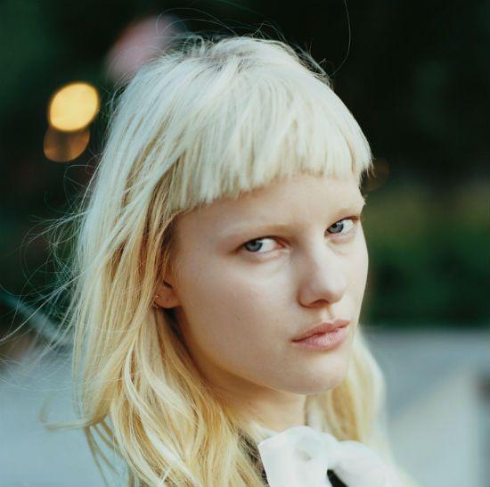 Девушка с короткой челкой фото