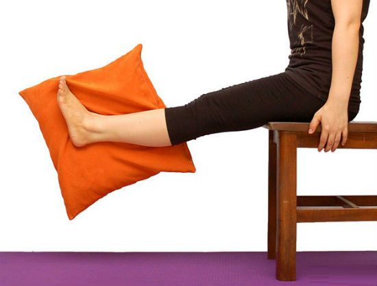 упражнение подъем ног на стуле фото