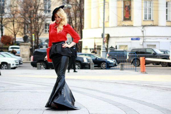 Фото девушки на фоне городской улицы