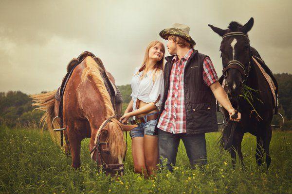 Фотосессия пары с лошадьми