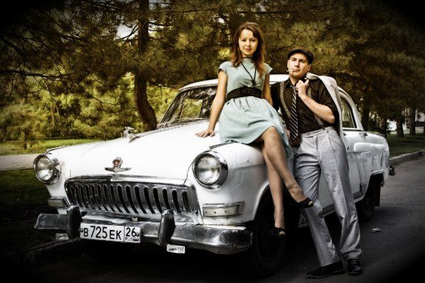 Фотосессия на фоне старой машины фото