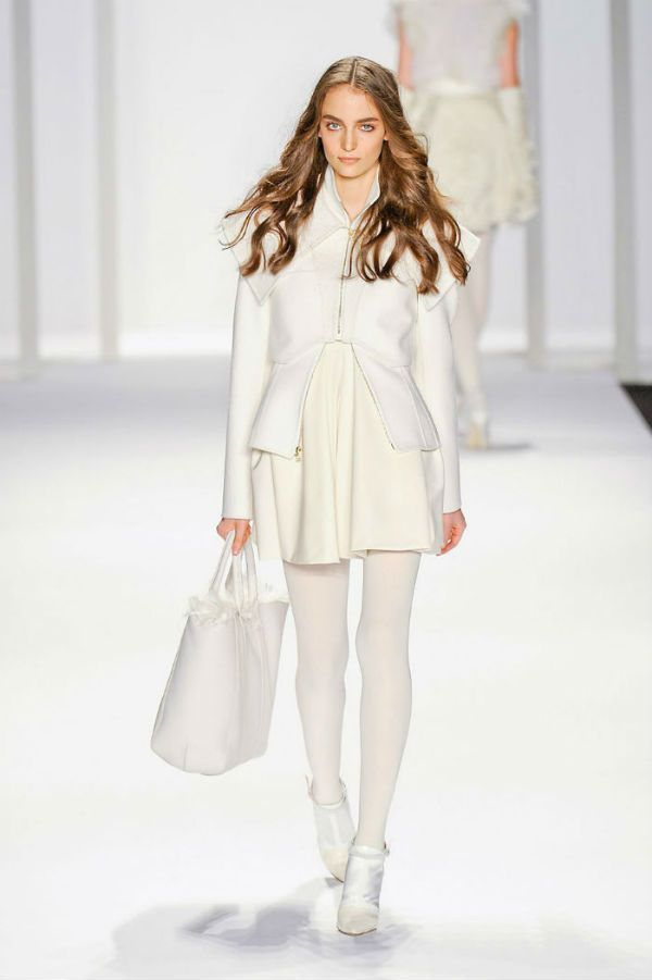 Девушка в белом ансамбле фото