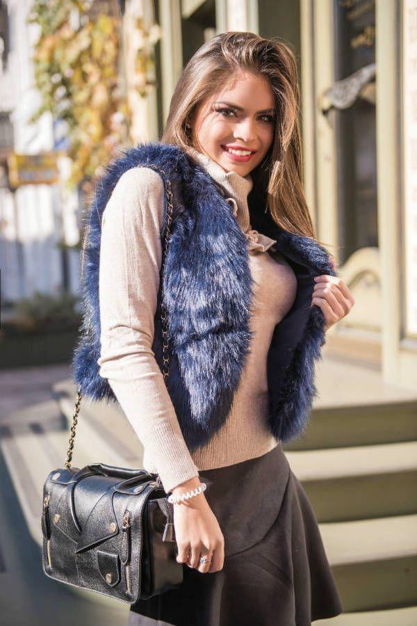 Меховая жилетка со свитером  фото