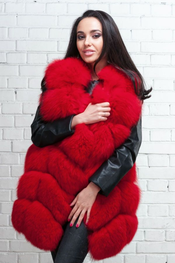 Объемная красная меховая жилетка  фото