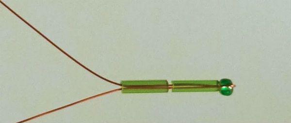 Протягиваем проволоку через две продолговатые бусины фото
