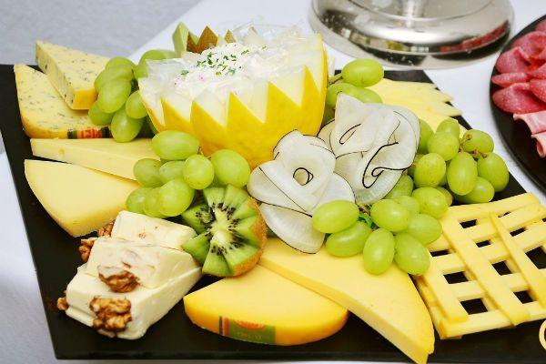 Сырная нарезка с фруктами фото