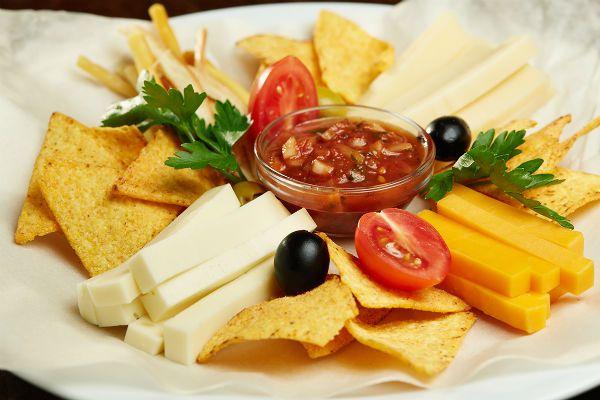 Сырная тарелка с соусом фото
