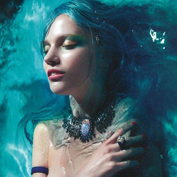 Девушка в воде фото
