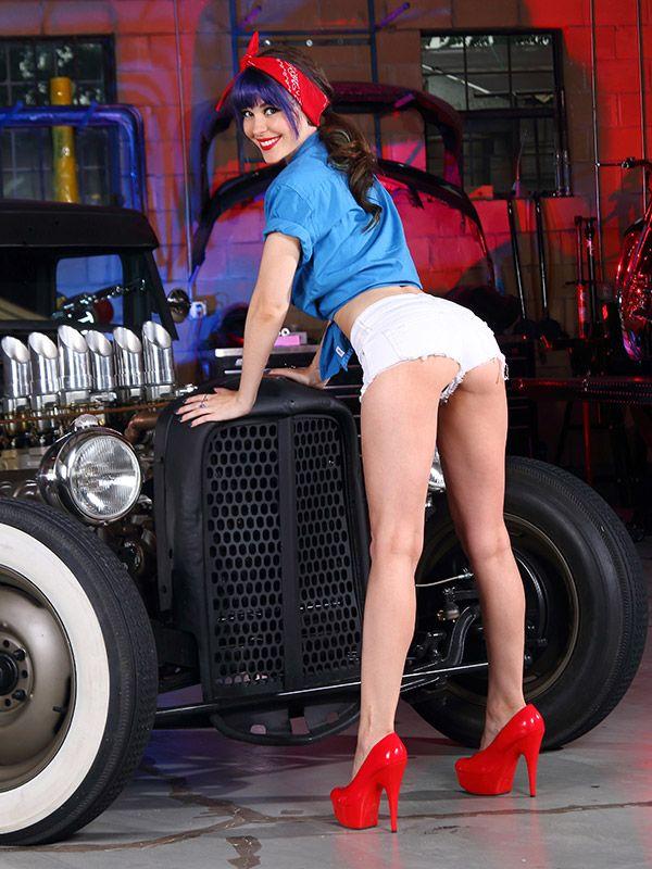 Пин-ап девушка механик фото