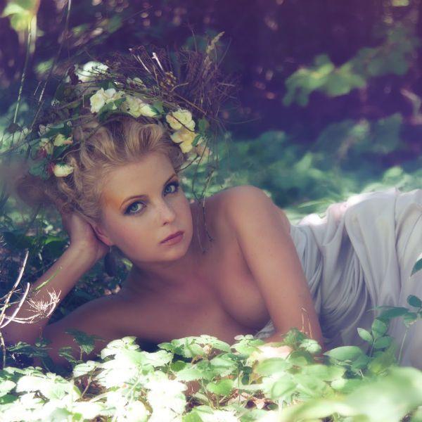 Девушка в лесу фото