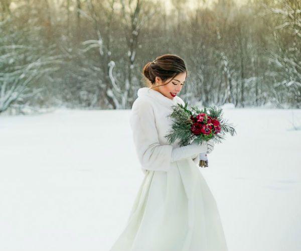 Невеста на снежном поле фото