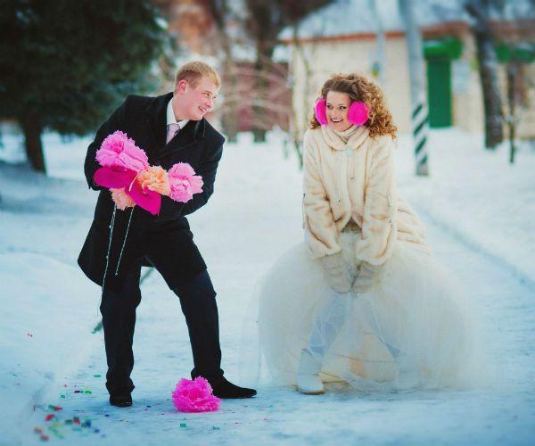 Жених и невеста с розовыми цветами фото