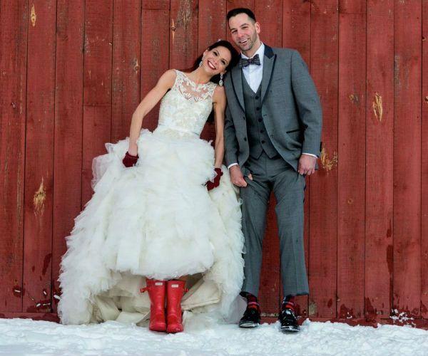 Невеста в красных сапожках фото