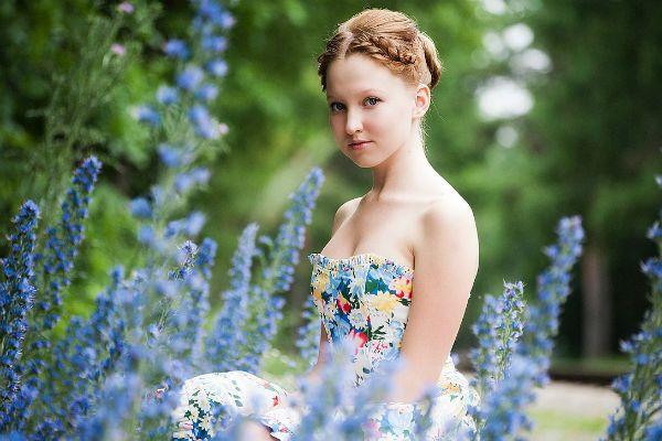 Девушка в голубых цветах фото