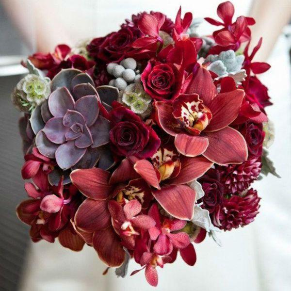 Букет из красных орхидей фото