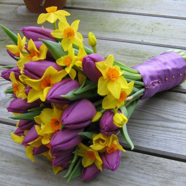 Букет из тюльпанов и нарцисов фото