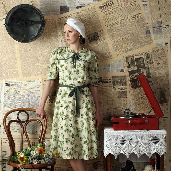 Фотозона ретро с газетами на стене фото