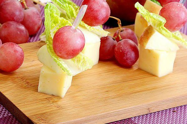Чесночные шпажки с виноградом фото
