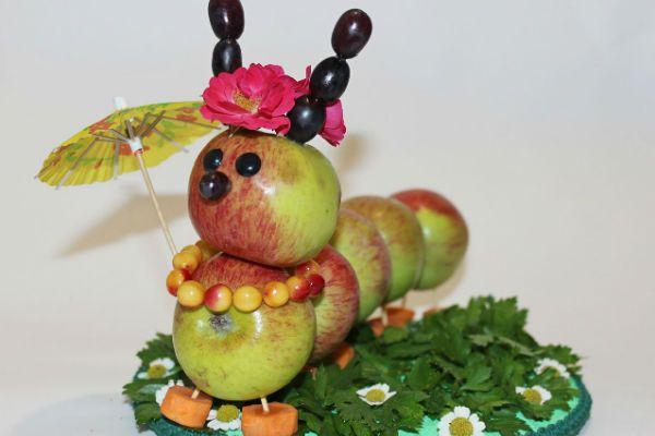 Поделка гусеница из яблок фото