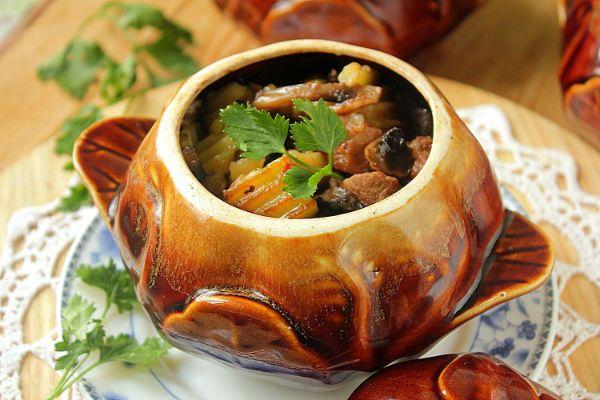 Куриные желудки с грибами и картофелем в горшочке фото
