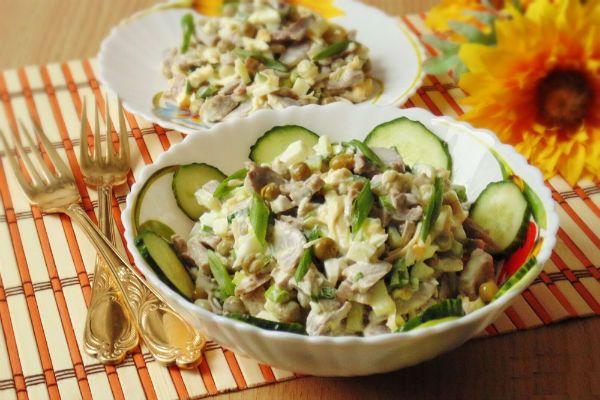 Салат с куриными желудками и горошком фото