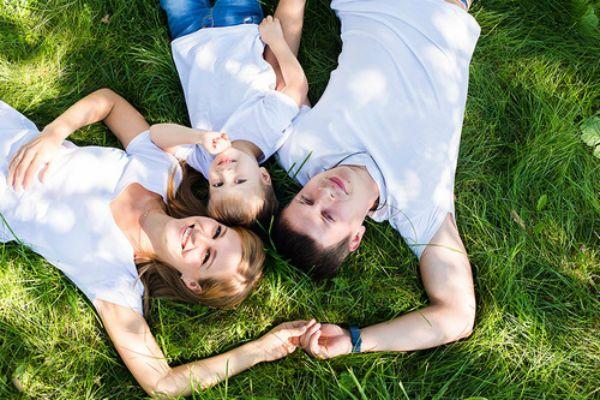 Семья на траве фото