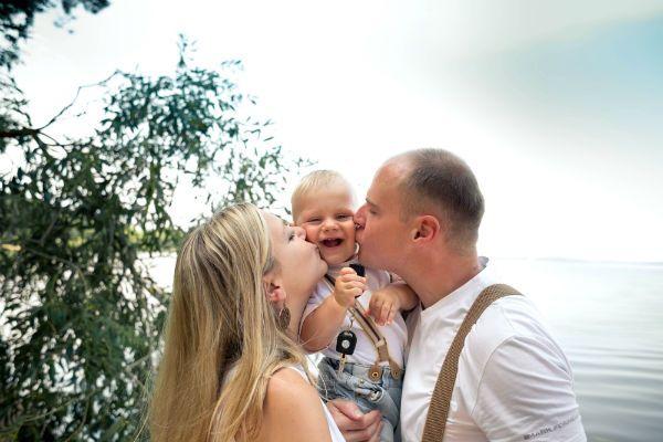 Семья у водоема фото