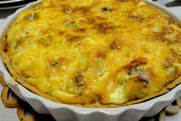Французский пирог с сыром и луком-пореем фото