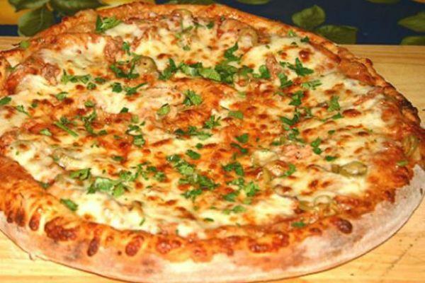 Пицца из курицы и сыра фото