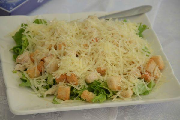 Салат из курицы с сухариками фото