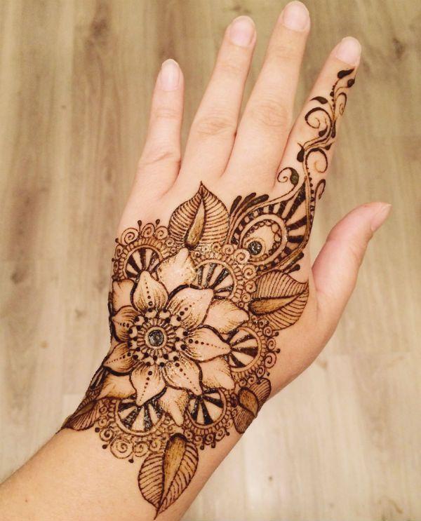 Мехенди на руке цветы фото