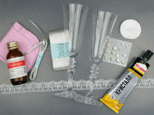 Декор свадебных бокалов кружевом и лентами инструменты фото
