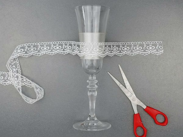 Декор свадебных бокалов кружевом и лентами шаг 4 фото