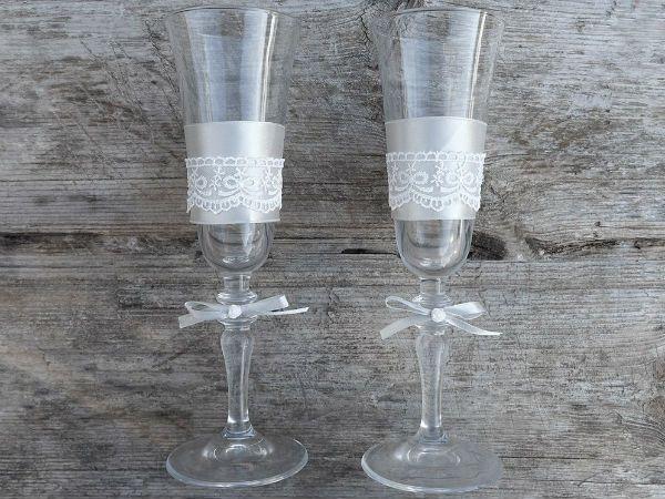 Декор свадебных бокалов кружевом и лентами фото