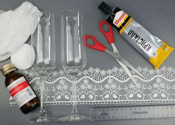 Декор свадебных бокалов кружевом инструменты фото