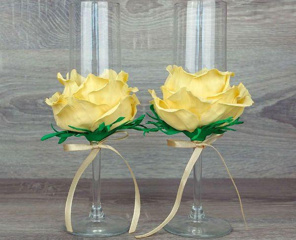 Декор свадебных бокалов лепестками фото