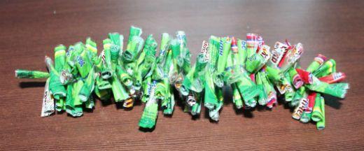 Гирлянда из фантиков от конфет фото