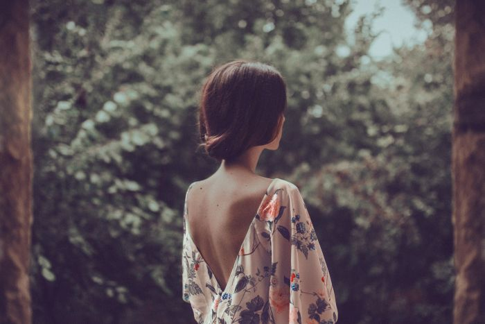 фото девушки со спины брюнетки короткие волосы