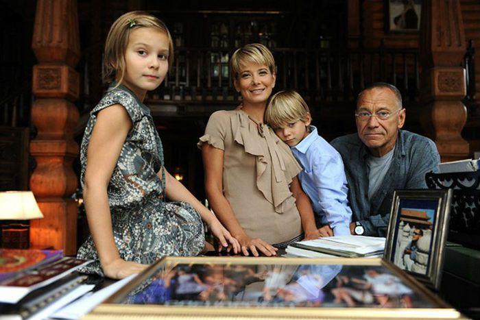 Юлия Высоцкая и Андрей Кончаловский с детьми