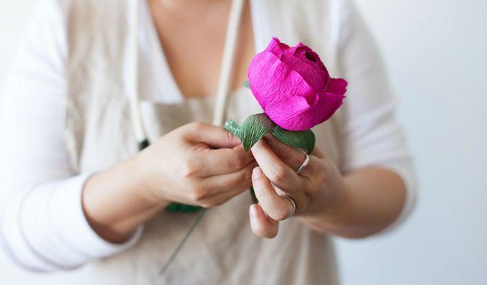 Цветок из крепированной бумаги фото