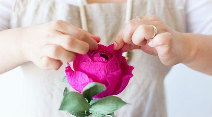 Цветок из креп бумаги фото