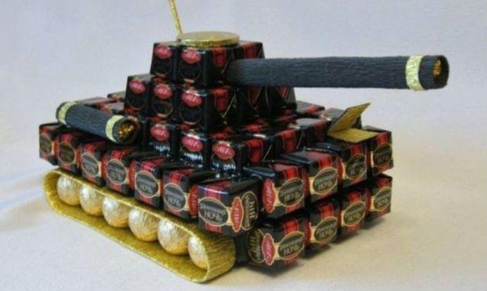 Танк из конфет фото