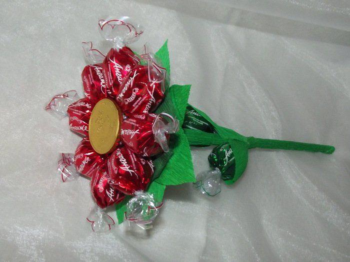 Цветок из конфет фото